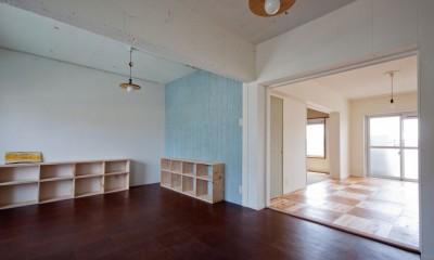 高倉台団地の暮しのハコ301|神戸市須磨区の団地DIYリノベーション (ダイニングキッチンからリビングを見る)