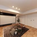 ライフスタイルに合わせた上質な住まい~暮らしにこだわったマンションリノベ~の写真 大迫力の映像も!120インチ電動スクリーン