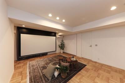 大迫力の映像も!120インチ電動スクリーン (ライフスタイルに合わせた上質な住まい~暮らしにこだわったマンションリノベ~)