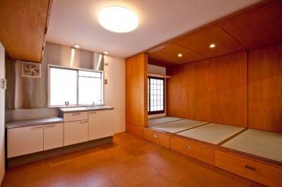 ダイニングキッチンと和室 (竹の台団地のアトリエ|京都府長岡京市の団地リノベーション。暮らしとしごとが同居する住宅とアトリエ)