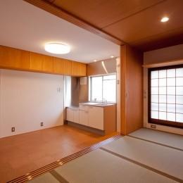 和室からダイニングキッチンを見る (竹の台団地のアトリエ|京都府長岡京市の団地リノベーション。暮らしとしごとが同居する住宅とアトリエ)