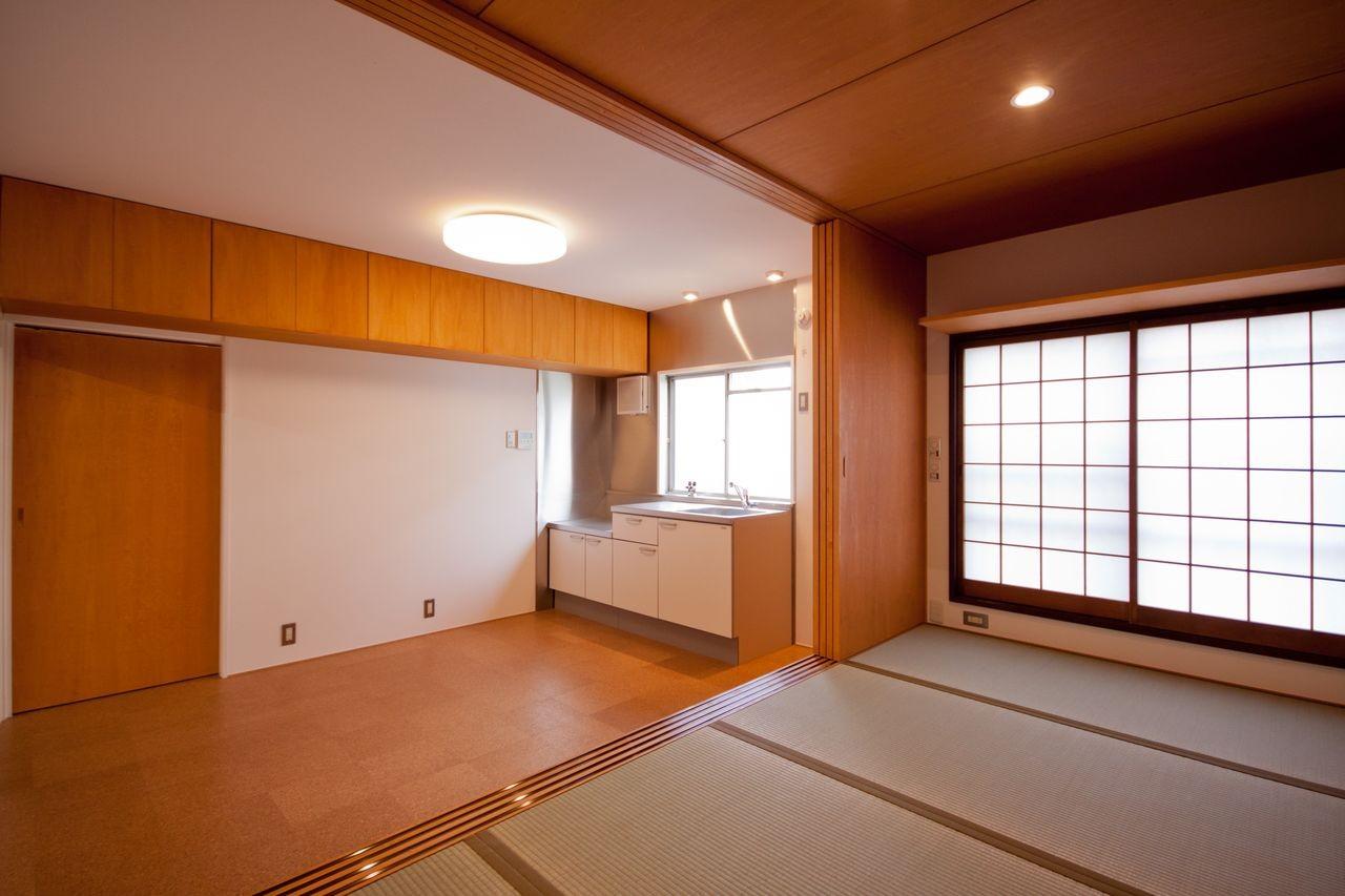 竹の台団地のアトリエ 京都府長岡京市の団地リノベーション。暮らしとしごとが同居する住宅とアトリエ (和室からダイニングキッチンを見る)