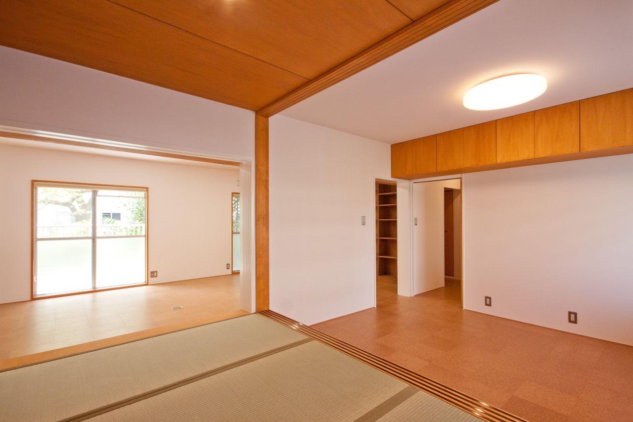 竹の台団地のアトリエ 京都府長岡京市の団地リノベーション。暮らしとしごとが同居する住宅とアトリエ (和室からアトリエを見る)