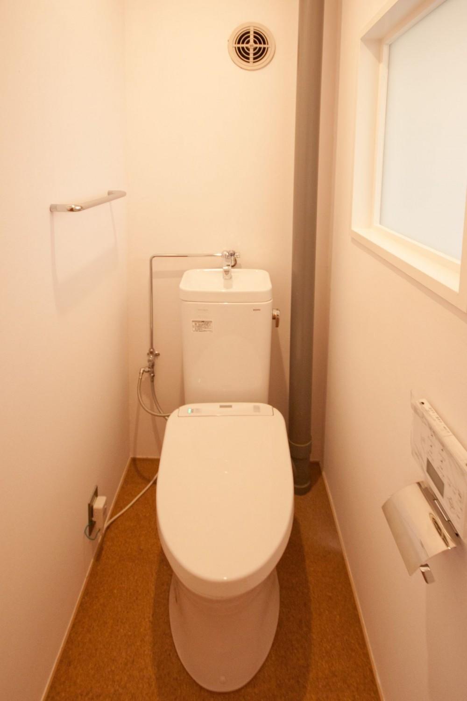 竹の台団地のアトリエ|京都府長岡京市の団地リノベーション。暮らしとしごとが同居する住宅とアトリエ (トイレ)