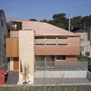 茶色のガルバリウム鋼板が特徴の外観