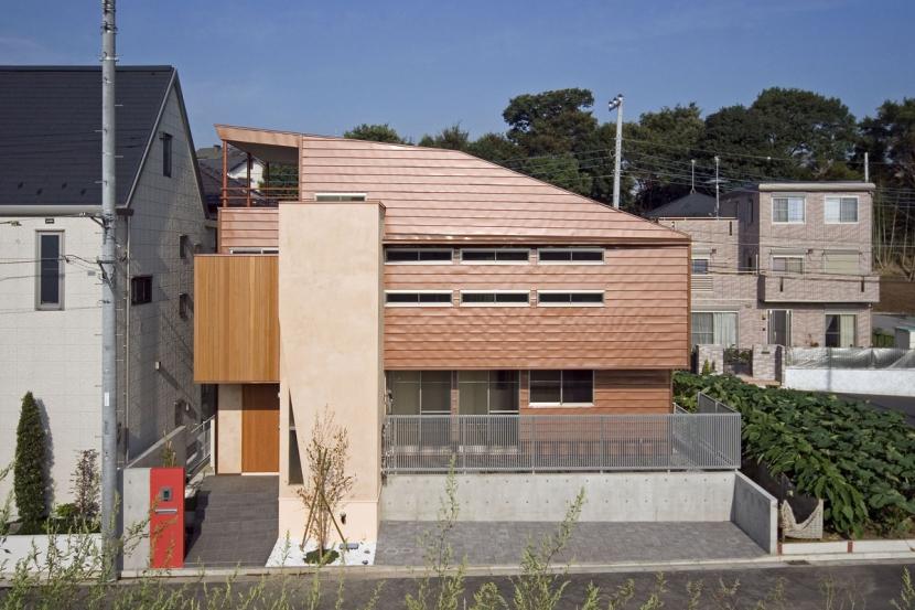 埼玉県和光市の区画整理地の家の写真 茶色のガルバリウム鋼板が特徴の外観