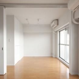 伊丹の長く明るいLDK|伊丹市の1976年築のマンションリノベーション。窓に面する4室の壁を撤去し長さ12mの明るいLDKを実現。