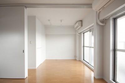 洋室西 (伊丹の長く明るいLDK|伊丹市の1976年築のマンションリノベーション。窓に面する4室の壁を撤去し長さ12mの明るいLDKを実現。)