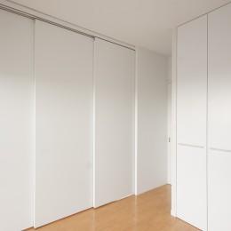 伊丹の長く明るいLDK|伊丹市の1976年築のマンションリノベーション。窓に面する4室の壁を撤去し長さ12mの明るいLDKを実現。 (洋室西)