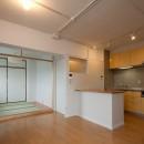 伊丹の長く明るいLDK|伊丹市の1976年築のマンションリノベーション。窓に面する4室の壁を撤去し長さ12mの明るいLDKを実現。の写真 ダイニングキッチンと和室