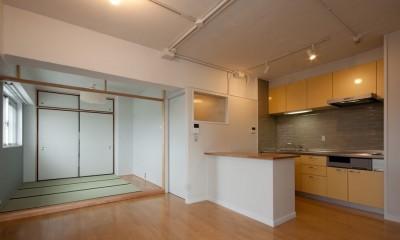 ダイニングキッチンと和室|伊丹の長く明るいLDK|伊丹市の1976年築のマンションリノベーション。窓に面する4室の壁を撤去し長さ12mの明るいLDKを実現。