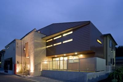 埼玉県和光市の区画整理地の家 (屋根のシルエットが浮かび上がる外観夕景)
