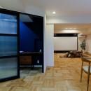 ライフスタイルに合わせた上質な住まい~暮らしにこだわったマンションリノベ~の写真 輸入ガラスが大人かわいい!オリジナル建具