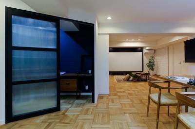 輸入ガラスが大人かわいい!オリジナル建具 (ライフスタイルに合わせた上質な住まい~暮らしにこだわったマンションリノベ~)