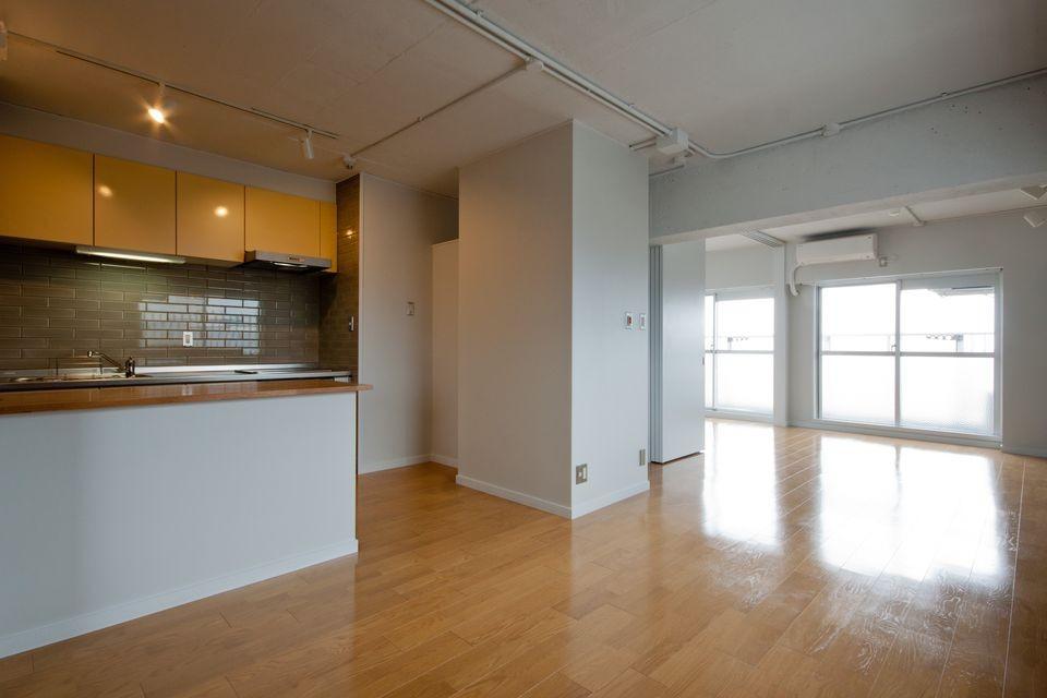 伊丹の長く明るいLDK|伊丹市の1976年築のマンションリノベーション。窓に面する4室の壁を撤去し長さ12mの明るいLDKを実現。 (リビングダイニングキッチン)
