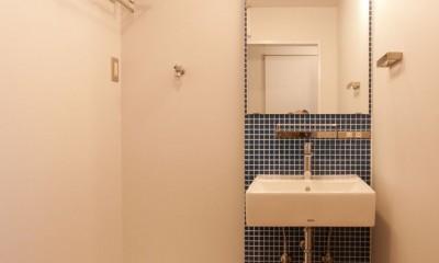 伊丹の長く明るいLDK|伊丹市の1976年築のマンションリノベーション。窓に面する4室の壁を撤去し長さ12mの明るいLDKを実現。 (洗面脱衣室)