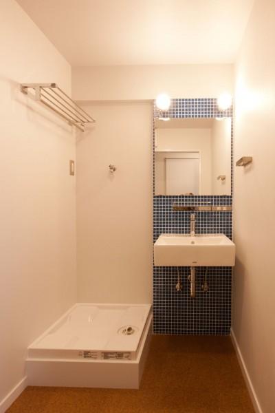 洗面脱衣室 (伊丹の長く明るいLDK|伊丹市の1976年築のマンションリノベーション。窓に面する4室の壁を撤去し長さ12mの明るいLDKを実現。)