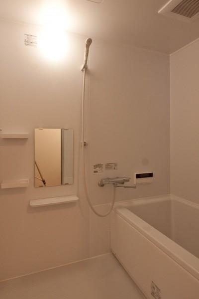浴室 (伊丹の長く明るいLDK|伊丹市の1976年築のマンションリノベーション。窓に面する4室の壁を撤去し長さ12mの明るいLDKを実現。)