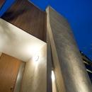 左官仕上とセランカンバツの木材が絡む玄関部分外観