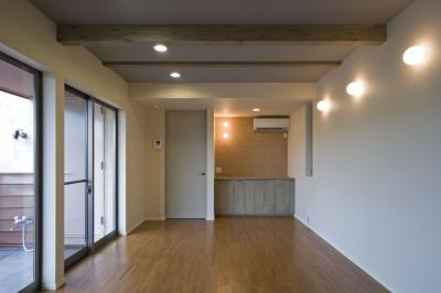梁を露出した1階寝室 (埼玉県和光市の区画整理地の家)