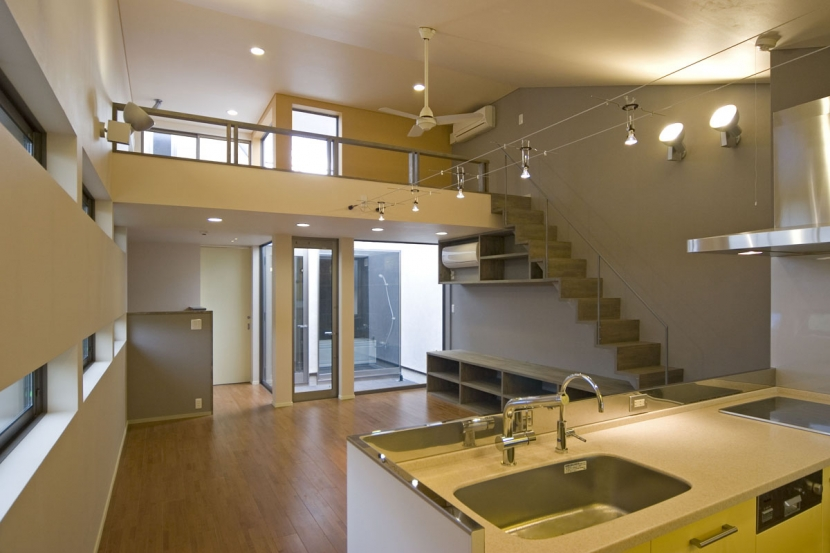 埼玉県和光市の区画整理地の家の写真 2階のキッチンからリビング、3階のホールをみる,