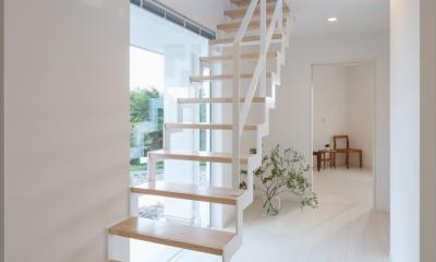 眺望を楽しみ穏やかに暮らす家 (廊下・鉄骨階段)