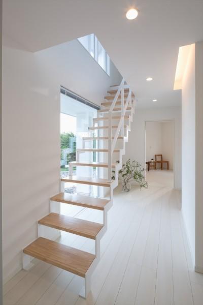 廊下・鉄骨階段 (眺望を楽しみ穏やかに暮らす家)