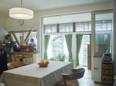 リビング縁側 (NE-CODATE-二世帯住宅+猫部屋、家族が集まる広い縁側)