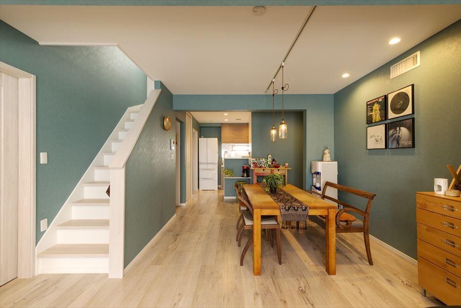 「ちょうどいい距離感」の分離型二世帯住宅へまるごと再生 (リビング・ダイニング)