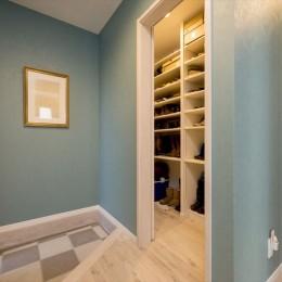 「ちょうどいい距離感」の分離型二世帯住宅へまるごと再生 (玄関)