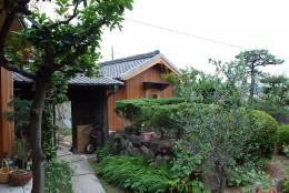 児島の小さなアトリエ (入口を見る)