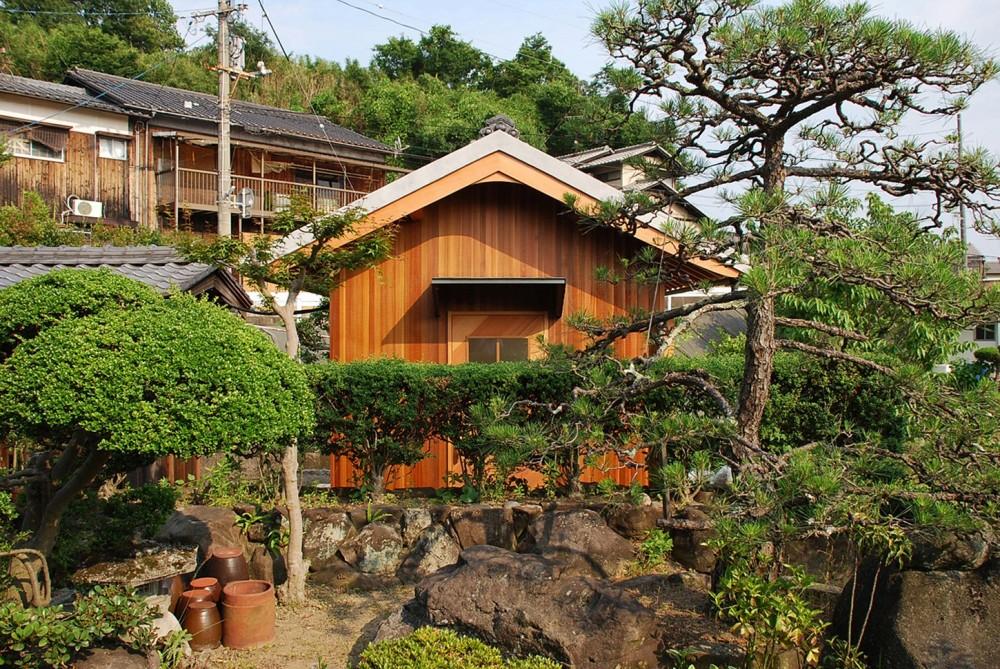 児島の小さなアトリエ (庭木越しに入口を見る)