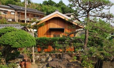 庭木越しに入口を見る|児島の小さなアトリエ