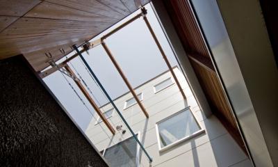 新宿区百人町の家(敷地12坪の家) (玄関ポーチからの見上げ)