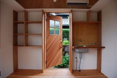 玄関と収納棚 (児島の小さなアトリエ)