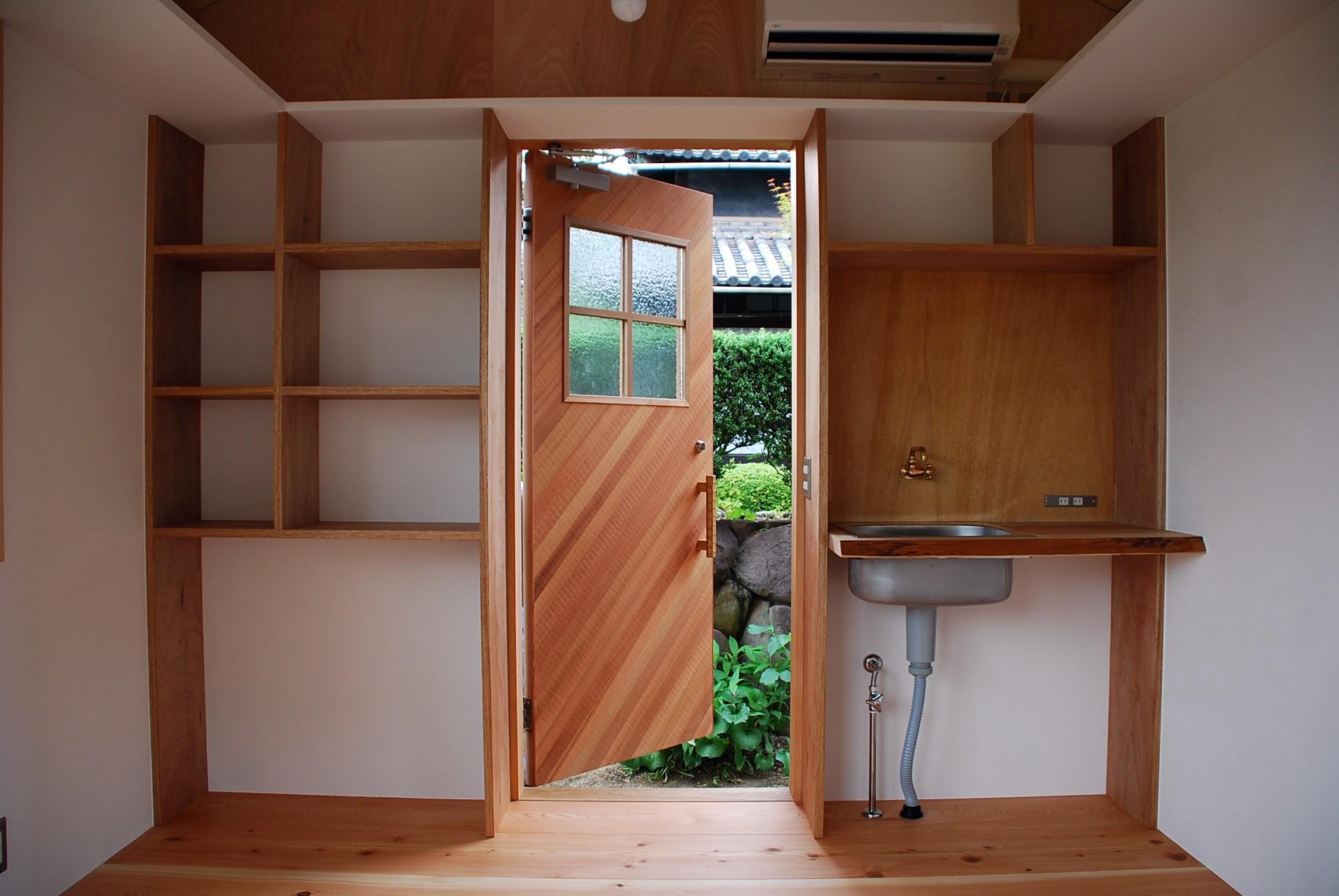 児島の小さなアトリエ (玄関と収納棚)