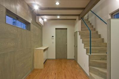 1階の居室(LDK)は階段と一体に (新宿区百人町の家(敷地12坪の家))