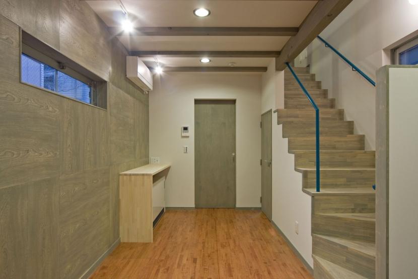 新宿区百人町の家(敷地12坪の家) (1階の居室(LDK)は階段と一体に)