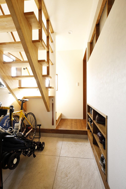 ちょうどいい距離感の二世帯住宅 (玄関)