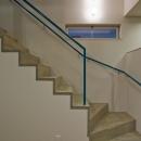 部屋の狭さを消す事を意図した階段