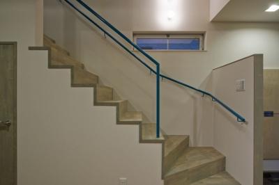 部屋の狭さを消す事を意図した階段 (新宿区百人町の家(敷地12坪の家))