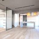 ルーフバルコニーにリビングを移動させた目黒の家の写真 部屋を一望できるキッチン