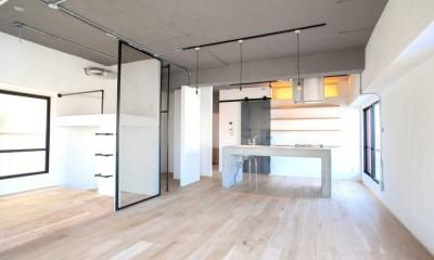 部屋を一望できるキッチン|ルーフバルコニーにリビングを移動させた目黒の家