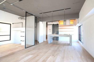 部屋を一望できるキッチン (ルーフバルコニーにリビングを移動させた目黒の家)