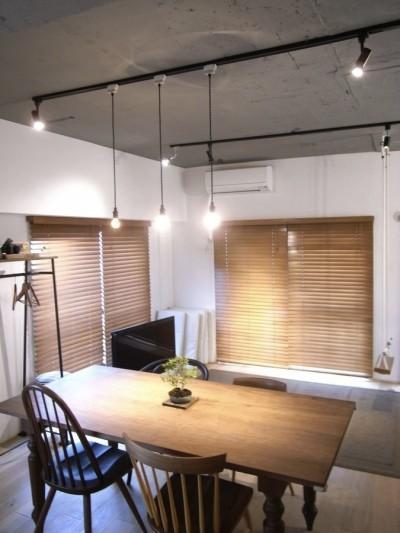 ルーフバルコニーにリビングを移動させた目黒の家 (同年代にデザインされた異なる4つのチェアーとダイニングテーブル)