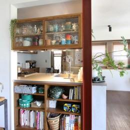 大好きな本牧を住処に(本牧 戸建てリノベーション) (キッチンの対面側収納)