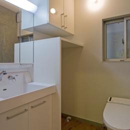 新宿区百人町の家(敷地12坪の家) (白で統一された洗面脱衣室)