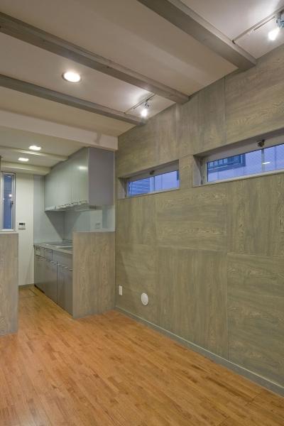 新宿区百人町の家(敷地12坪の家) (正方形のセンの化粧板を市松に貼った1階のリビング)