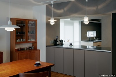 キッチンが印象的な空間に (専用庭のある約100平米の団地リノベーション)