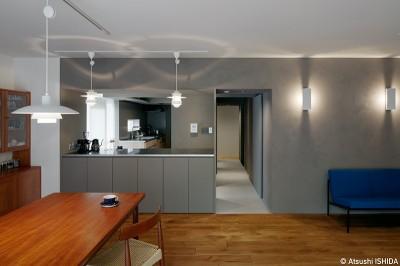 家の中心にあるグレーの空間 (専用庭のある約100平米の団地リノベーション)